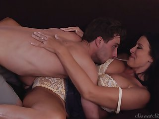 Eye catching tanned American brunette MILF Reagan Foxx wanna get cuni