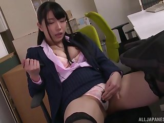 Solo Japanese chick Nagai Mihina pleasures her pussy in the office