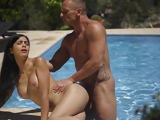 Well-hung dude fucks Julia De Lucia in the outdoor pool